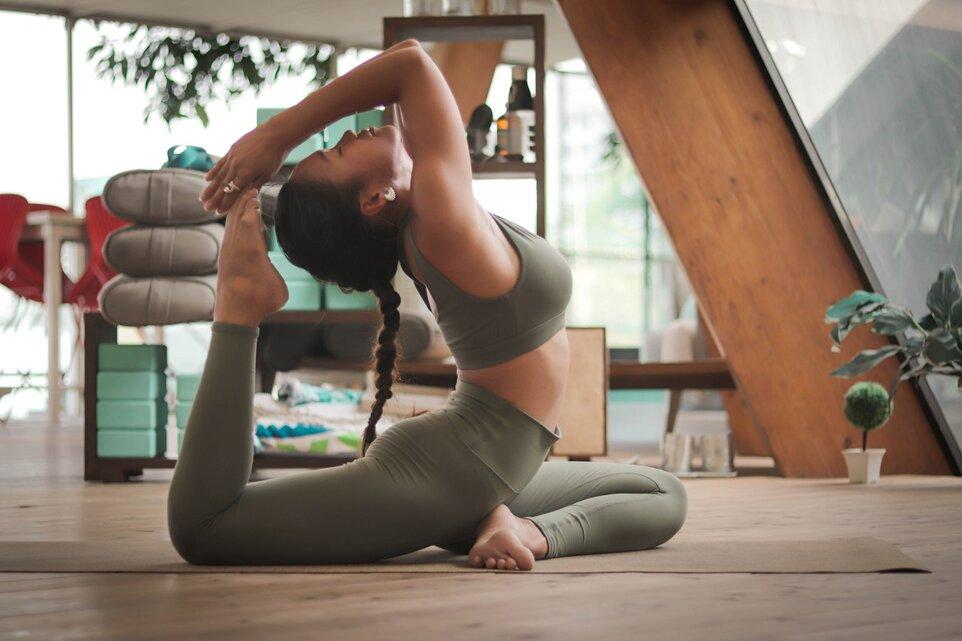 After-work yoga: cum îți revii fizic și spiritual după o zi grea