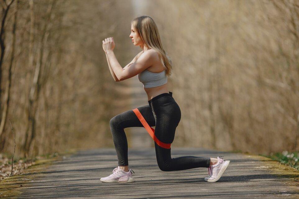 Revino în formă cu banda elastică - exerciții simple cu efect imediat!